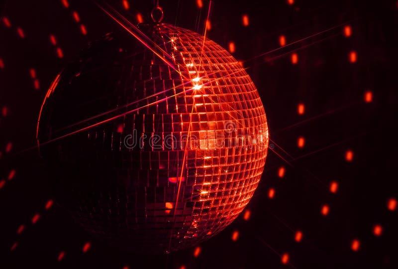 Den röda spegeldiskobollen med stjärnan mousserar arkivbilder