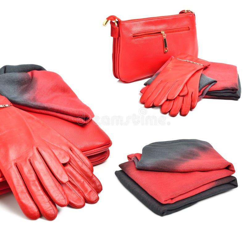 Den röda stilfulla kvinnan hänger lös, handskar och en scarf arkivfoto