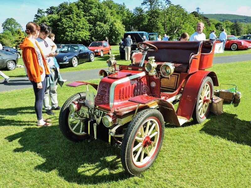 Den röda tappningbilen i Marlay parkerar royaltyfri foto