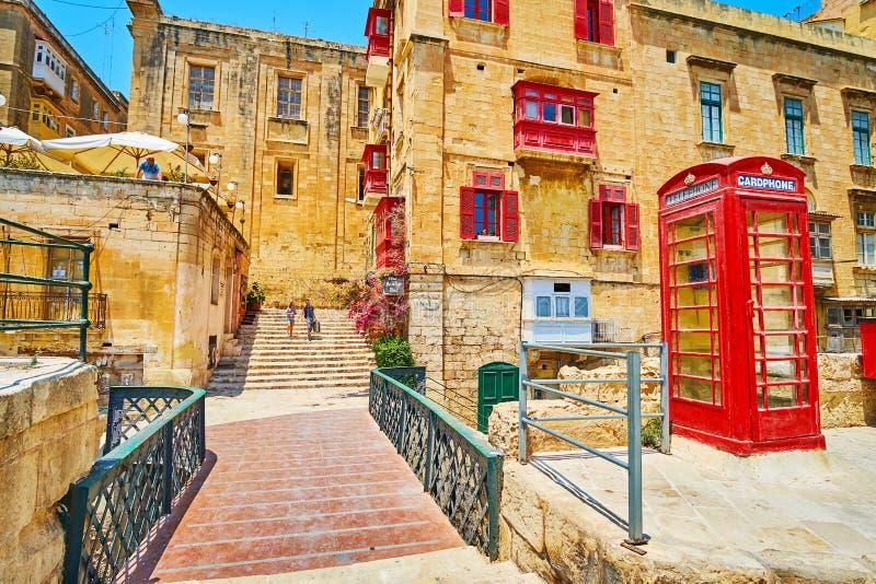Den röda telefonasken i gamla Valletta, Malta fotografering för bildbyråer