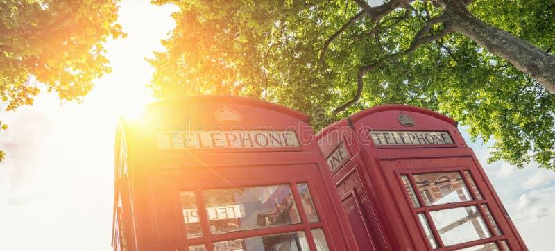 Den röda telefonen boxas på en sommardag i London, Förenade kungariket arkivbild