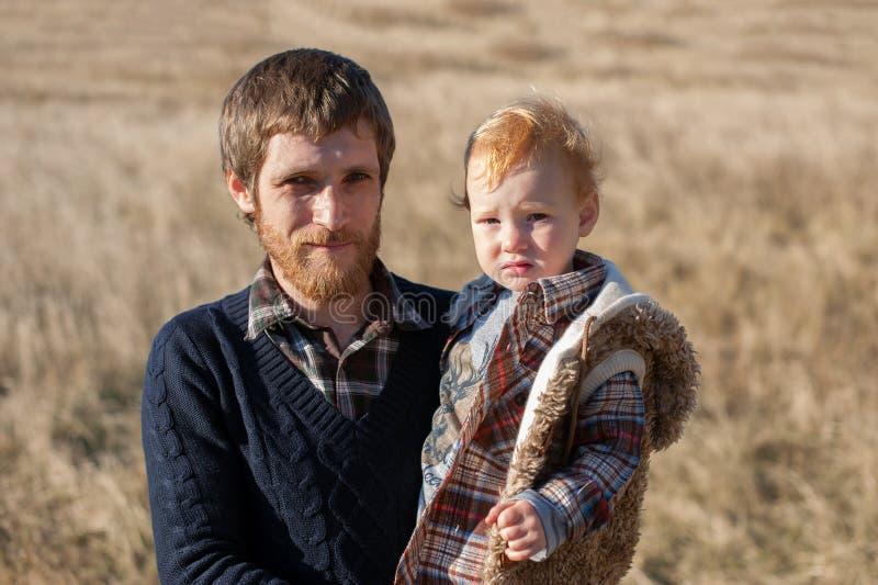 Den rödhåriga fadern och dottern tillsammans arkivbild