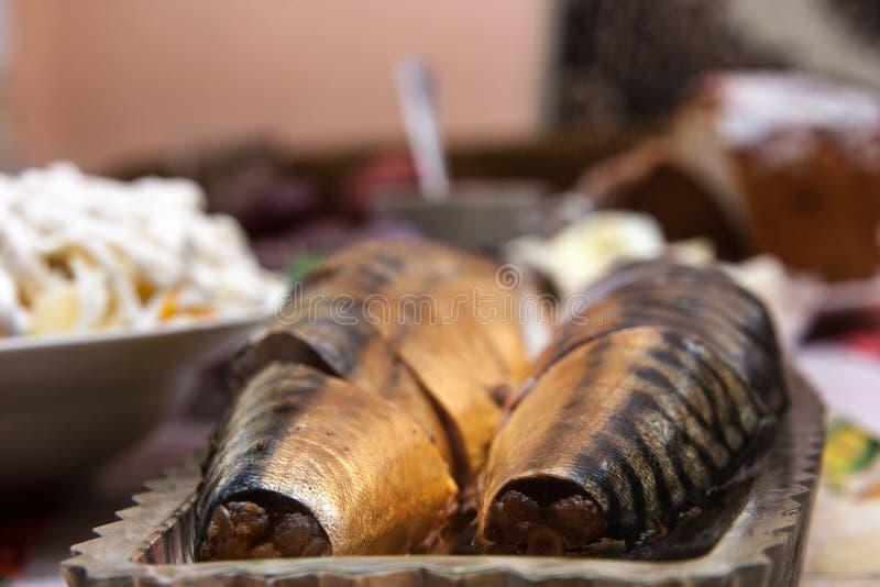 Rökt mackerel på bordlägga arkivbilder
