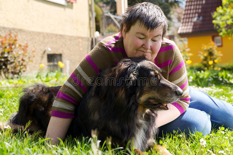 Den rörelsehindrade kvinnan ligger på en gräsmatta royaltyfri fotografi