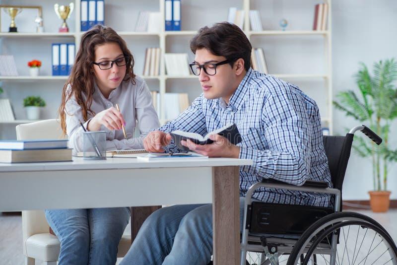 Den rörelsehindrade studenten som studerar och förbereder sig för högskolaexamina fotografering för bildbyråer