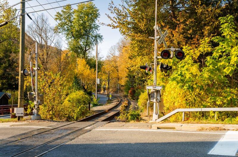 Den Railraod korsningen med nivåer up ona Sunny Autumn Day arkivbilder