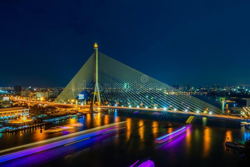 Den Rama VIII bron, den härliga bron korsar Chao Phraya River, Bangkok, Thailand arkivfoto