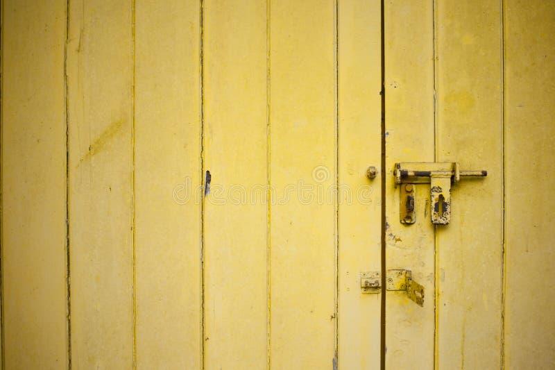 Den red ut gula dörren med ett öppet låser royaltyfri foto