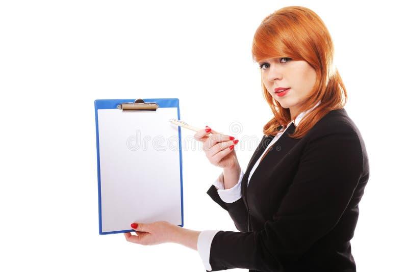 Affärskvinnan rymmer clipboarden och pekar fotografering för bildbyråer