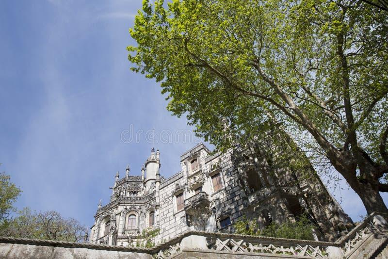Den Regaleira slotten (som är bekant som Quinta da Regaleira) som lokaliseras i Sintra, Portugal royaltyfri foto