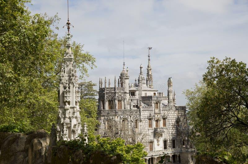Den Regaleira slotten (som är bekant som Quinta da Regaleira) som lokaliseras i Sintra, Portugal royaltyfria bilder