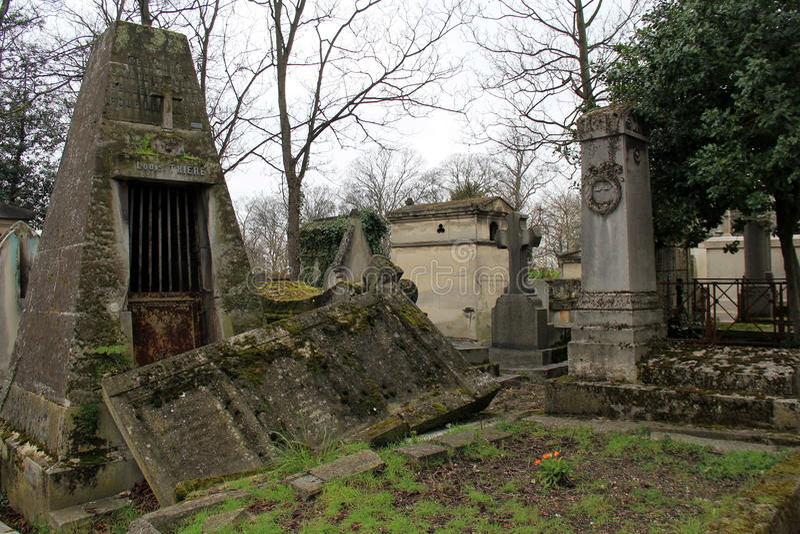 Den regniga dagen ställer in lynnet för turister som går till och med Pere LaChaise Cemetery, Paris, Frankrike, 2016 royaltyfria foton