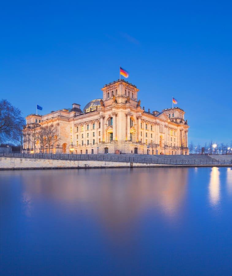 Den Reichstag byggnaden (Bundestag), berömd gränsmärke i Berlin och hus den tyska regeringen med festreflexion arkivbilder