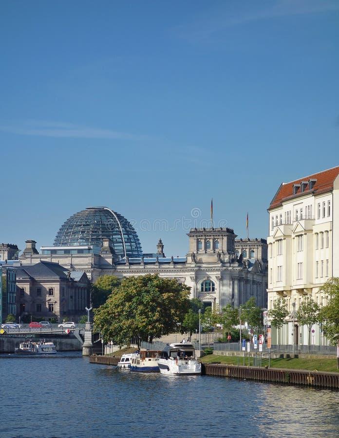 Den Reichstag kupol- och festfloden arkivbilder