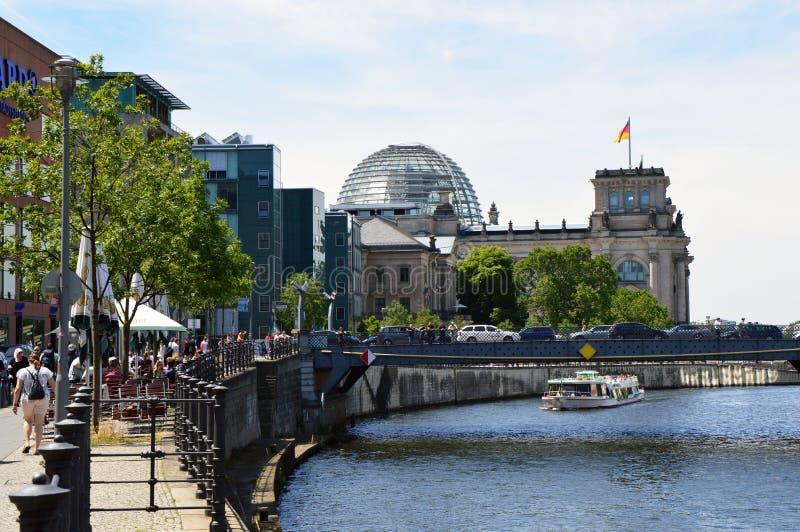 Den Reichstagufer gatan med bron för Marschallbrà ¼cke och Reichstagen på bakgrunden med är den glass kupolen, Berlin, Tyskland royaltyfri fotografi