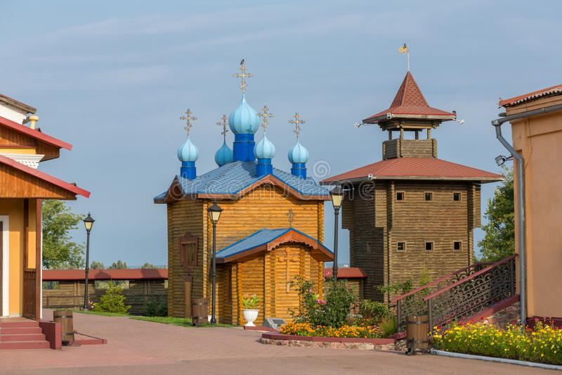 Den rekonstruerade träslotten är en av de huvudsakliga gränsmärkena i Mozyr, Vitryssland royaltyfri foto