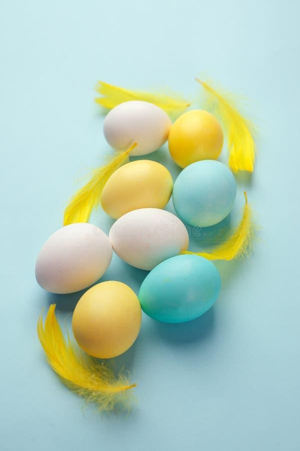 Den religiösa kristna feriepåsken firas med ägg Handgjorda målarfärgägg royaltyfri bild