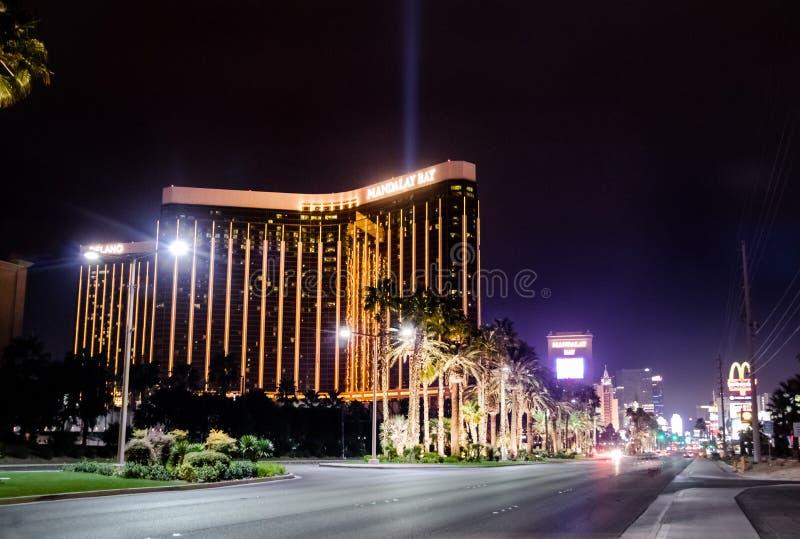Den remsa- och Mandalay fjärdhotell och kasinot på natten - Las Vegas, Nevada, USA royaltyfria bilder