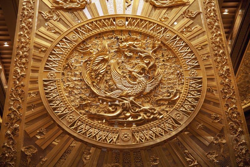 Den rena guld- phoenix totemet på baksidan av wu zetians stol för drake arkivfoto