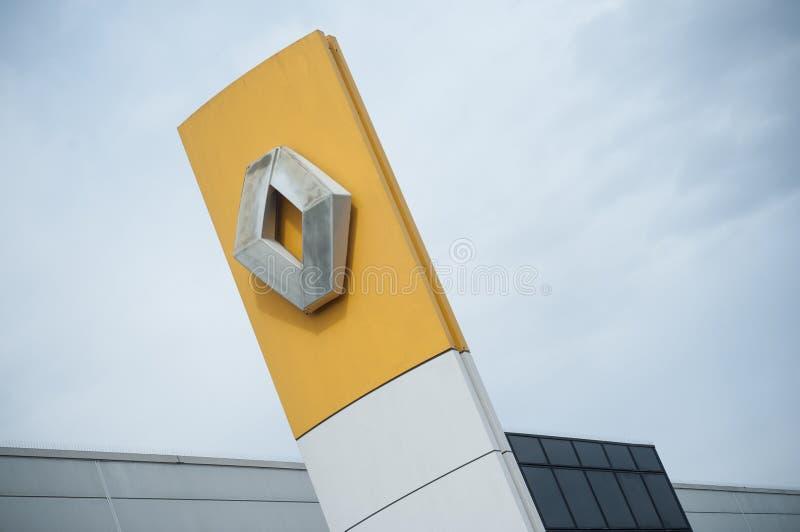 Den Renault logoen undertecknar in visningslokalframdelen - Renault är ett franskt märke av automatiskt arkivbilder