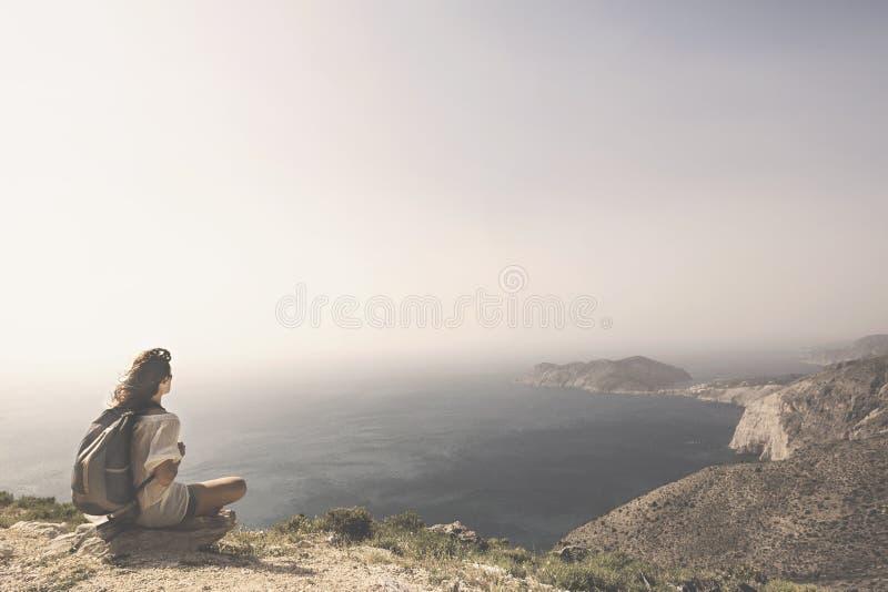 Den resande kvinnan kopplar av och mediterar arkivfoton