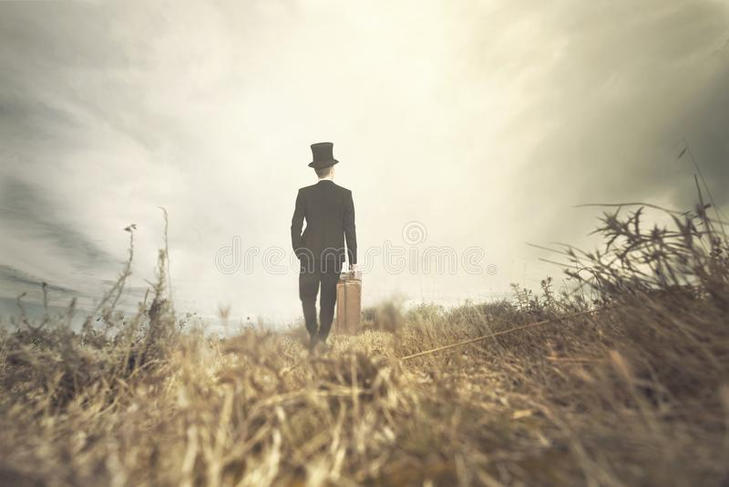 Den resande mannen går ensling i lös natur arkivfoto