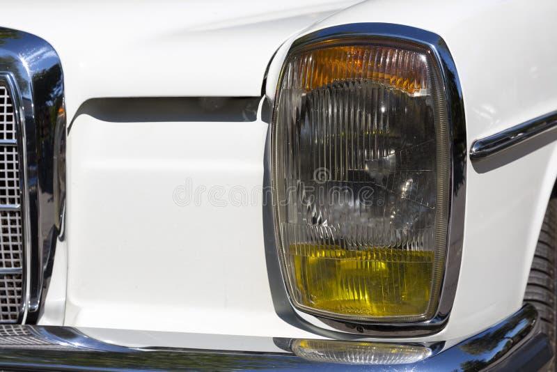Den Retro bilen ståtar pannlampan fotografering för bildbyråer