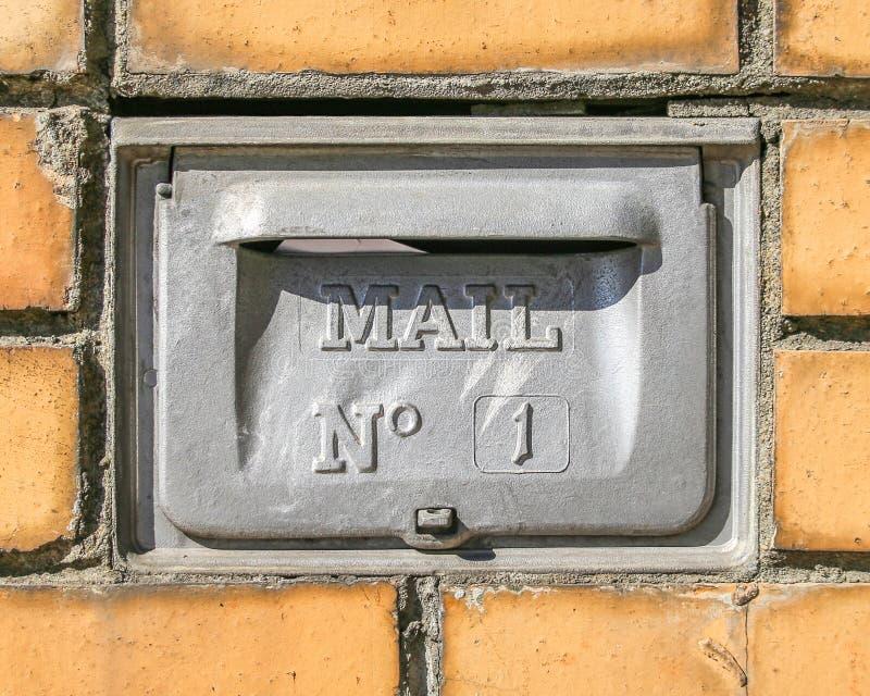 Den Retro brevlådaväggen monterade Postbox för bokstäver med nummer ett royaltyfria foton