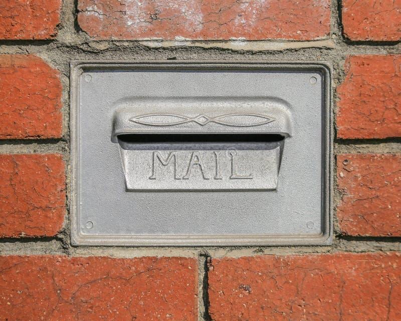 Den Retro brevlådaväggen monterade Postbox för bokstäver arkivfoton