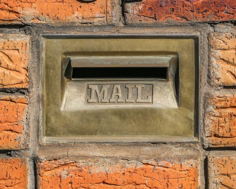 Den Retro brevlådaväggen monterade Postbox för post arkivbilder