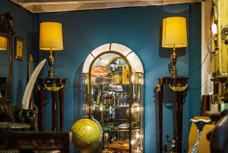 Den Retro globusen i antikt shoppar, Bruxelles arkivfoto