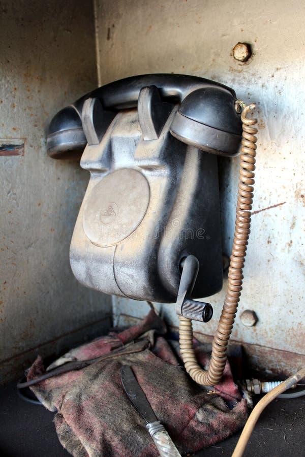 Den Retro svarta telefonkommunikationsapparaten som användes för järnvägsstationkommunikationen med handcrankmekanismen, satte i  arkivfoto