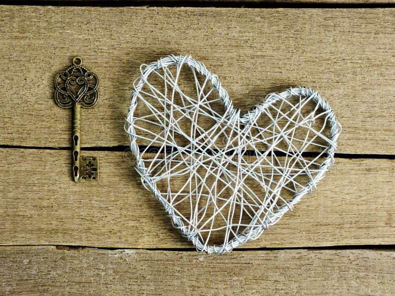 Den Retro tangenten och hjärta formar på träbakgrund fotografering för bildbyråer