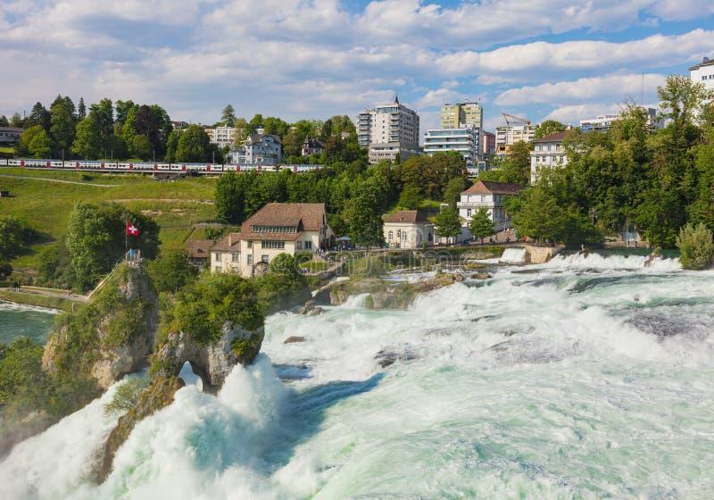 Den Rhine Falls vattenfallet i Schweiz som sett från den Laufen slotten royaltyfri fotografi