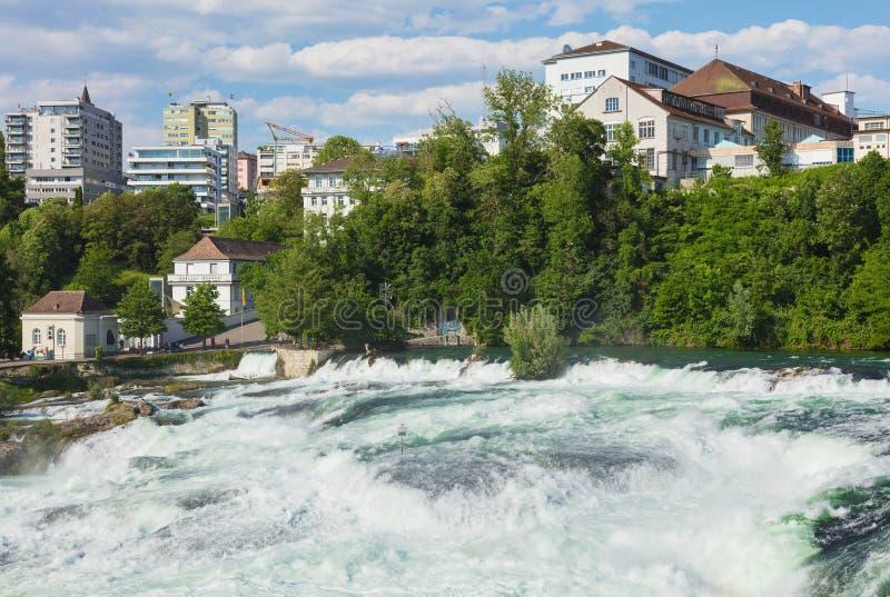 Den Rhine Falls vattenfallet i Schweiz som sett från den Laufen slotten royaltyfri foto