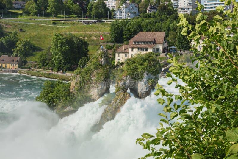 Den Rhine Falls vattenfallet i Schweiz som sett från den Laufen slotten royaltyfria bilder