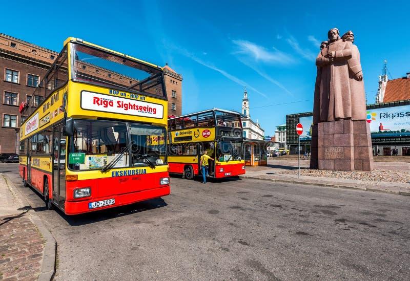Den Riga sightbussen turnerar på den lettiska Riflemenfyrkanten arkivbilder
