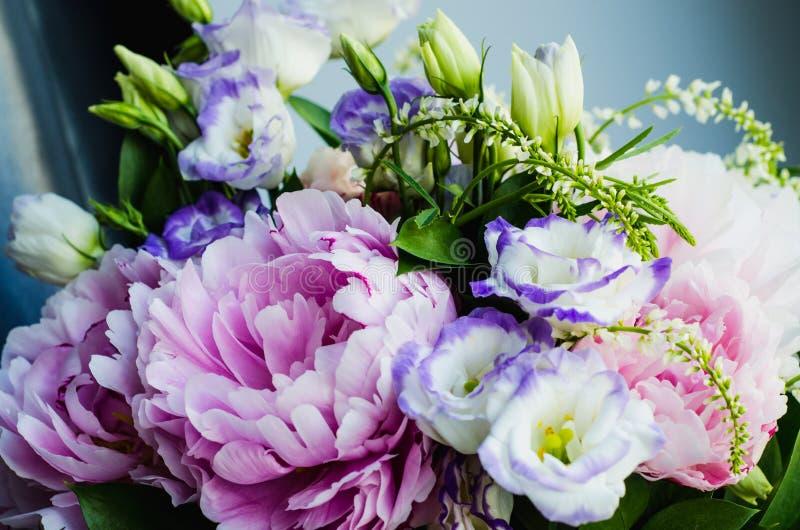 Den rika gruppen av rosa pioner pion och lilaeustomarosor blommar Lantlig stil, stilleben Ny vårbukett, pastellfärgade färger B arkivbilder