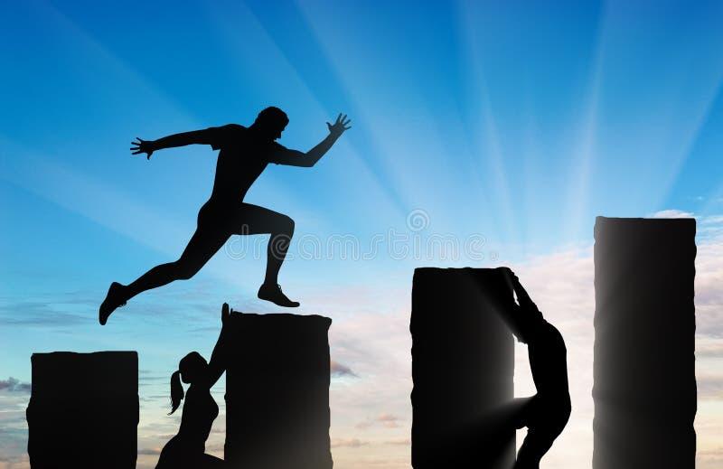 Den rinnande affärsmannen hoppar över precipices och konkurrenter royaltyfri fotografi