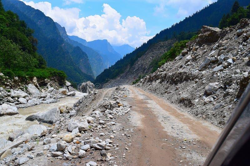 Den riskabla Jshimath-Badrinath huvudvägen, Uttarakhand, Indien royaltyfri bild