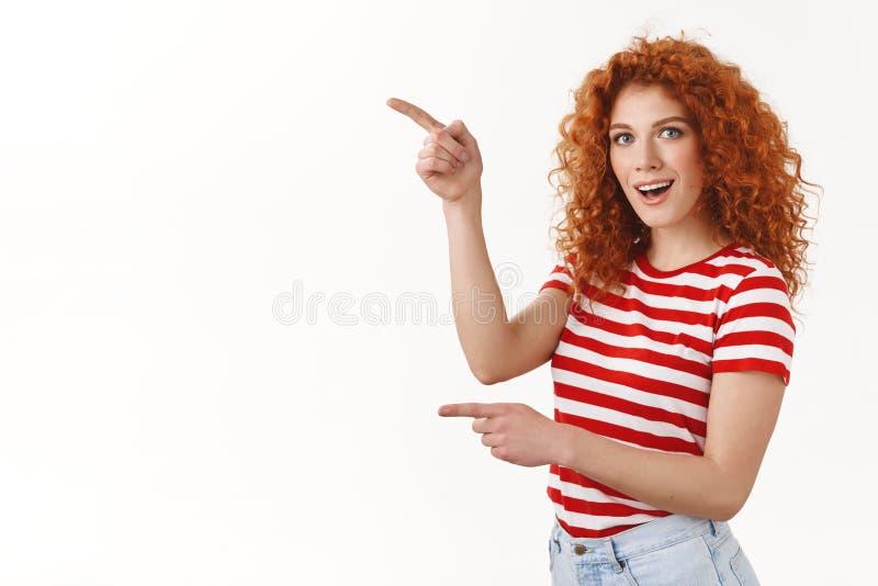 Den roade caucasian kvinnan för den imponerade attraktiva stilfulla lockiga rödhåriga mannen reagerar den upphetsade häpna enorma royaltyfri foto