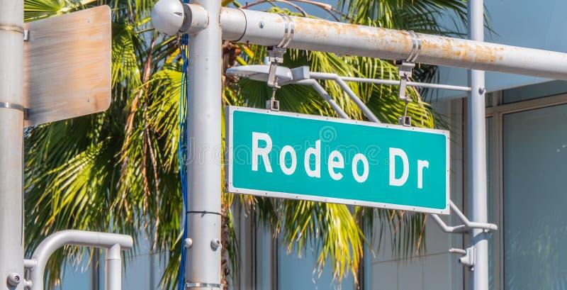 Den Rodeo Drive gatan undertecknar in Beverly Hills arkivbild
