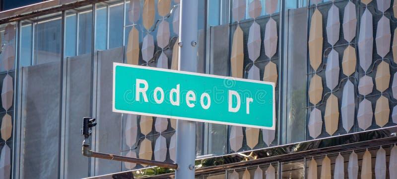 Den Rodeo Drive gatan undertecknar in Beverly Hills royaltyfri fotografi