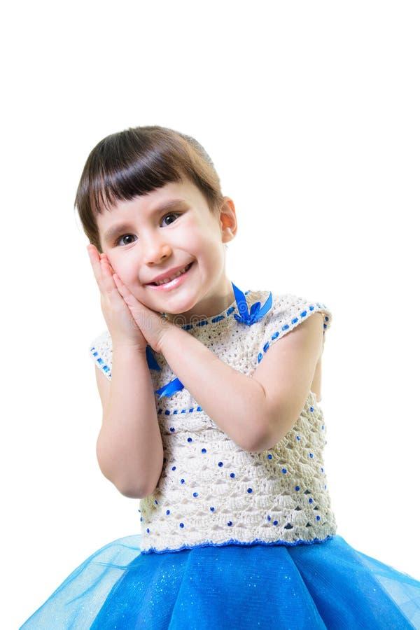 Den roliga barnflickan med händer vänder mot nästan isolerat på vit bakgrund arkivbilder