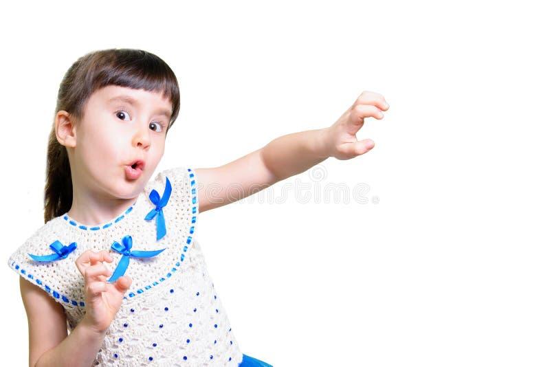 Den roliga barnflickan med händer vänder mot nästan isolerat på vit bakgrund royaltyfri bild