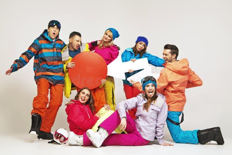 Den roliga bilden av snowboarders som spelar a, lurar royaltyfria bilder