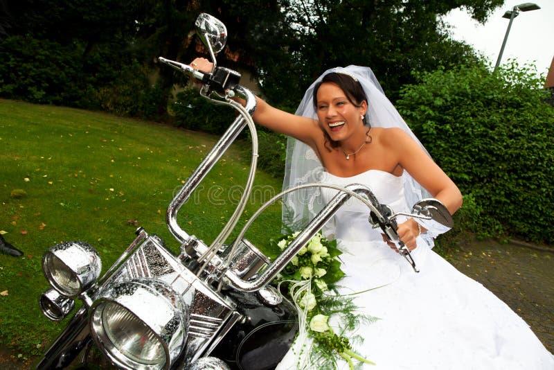 Brud på den Harley Davidson cykeln arkivfoton