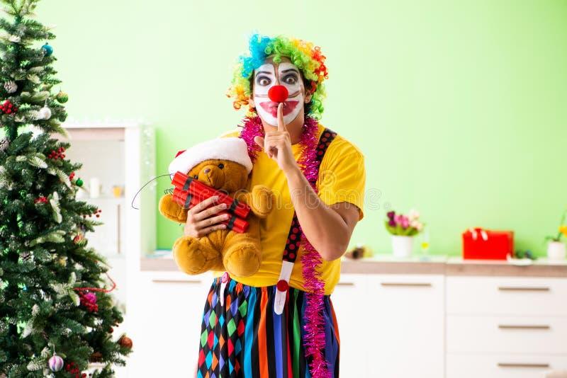 Den roliga clownen i julberömbegrepp royaltyfria foton