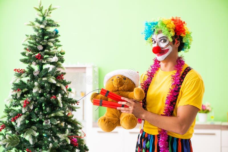 Den roliga clownen i julberömbegrepp arkivbild