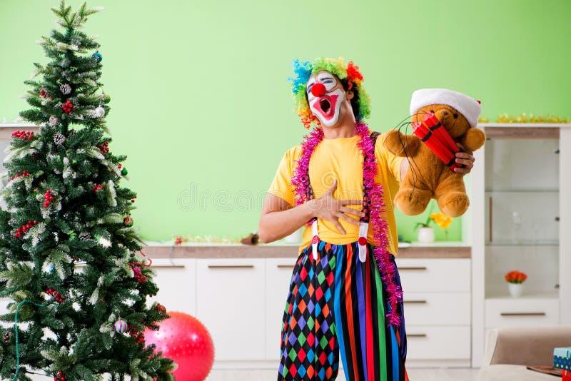 Den roliga clownen i julberömbegrepp royaltyfri fotografi